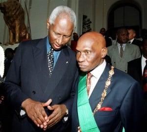 Les anciens présidents sénégalais Abdou Diouf et Abdoulaye, en avril 2000, lors d'une cérémonie de passation de service. Photo AFP