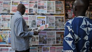 People in Mali read the front pages of newspapers following France's military intervention in the country in January 2013. Photo: AFP/Issouf Sanogo
