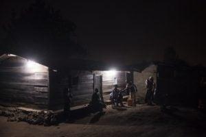 Une famille de la province du Nord-Kivu, en RD Congo, profitant de l'arrivée de l'électricité en juillet 2016. Photo AFP.