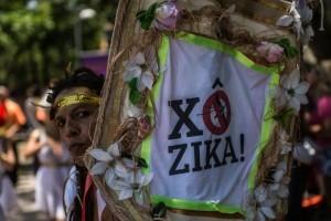 Des manifestants arborant des costumes grecs pour sensibiliser sur la nécessité de prévenir la propagation du virus Zika en perspectives des JO de Rio 2016. Photo AFP