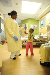 Les soins palliatifs impliquent plusieurs disciplines, et peuvent bénéficier à des malades adultes et enfants. (Photo : Pixabay)