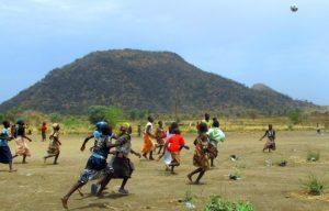 Des enfants nigérians jouant au football à Minawao, un camp de réfugiés de l'ONU, à la frontière avec le Nigeria, dans l'extrême nord du Cameroun en mars 2014. Photo : AFP.