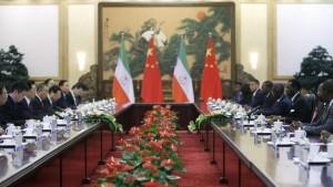 """Le Président équato-guinéen Teodoro Obiang Nguema Mbasogo (3ème à partir de la droite) et son homologue de lHu Jintao (""""-ème à gauche)  en discussion lors de la cinquième conférence du forum Chine-Africa le 19 juillet  2012 à Beijing . Photo AFP"""