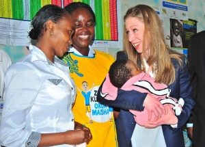 Chelsea Clinton tenant dans ses bras un enfant dans un hôpital de Nairobi en mai 2015, lors d'une tournée de la CHAI. Photo AFP