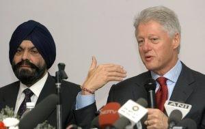 L'ex-président Bill Clinton en compagnie du directeur des Laboratoires Ranbaxy, lors d'une visite en 2003. Photo AFP
