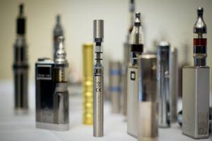Une sélection de cigarettes électroniques exposées lors du ''E-Cigarette Summit'' à l'Académie Royale de Londres en novembre 2013. Photo AFP.
