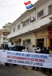 Un groupe d'une cinquantaine de personnes tenant une banderole pour exiger que « toute la lumière soit faite sur l'assassinat de Deyda Hydara » et dire « halte aux assassinats et aux violences contre les journalistes et la presse » , lors d'une manifestation à Dakar. Photo AFP