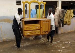 Les inondations ont poussé plusieurs familles à abandonner leurs maisons. Photo AFP.