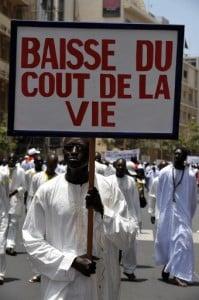 A l'image de ce militant de la CNTS, les travailleurs profitent du défilé du 1er mai, pour exposer leurs doléances sur des pancartes et banderoles. Phot AFP