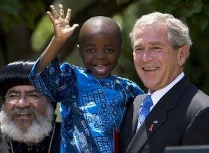 Quand le président George W. Bush a étendu la portée de la Mexico City Policy en 2003, il a exclu le Programme d'urgence du président pour la lutte contre le sida (PEPFAR). Ce programme assistait la mère de Baron Mosima Loyiso Tantoh, tenu dans les bras du président Bush. Photo: AFP