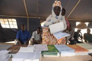 Une femme en train de voter à Dakar lors du scrutin local du 29 juin 2014. Malgré l'existence de plus de 250 partis, moins d'un électeur inscrit sur deux s'est déplacé lors de ce vote. Photo AFP