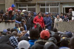 Des centaines de réfugiés faisant la queue devant les locaux du ministère sud-africain de l'Intérieur pour demander l'extension de leur permis de séjour, en juin 2013, au Cap. Photo AFP