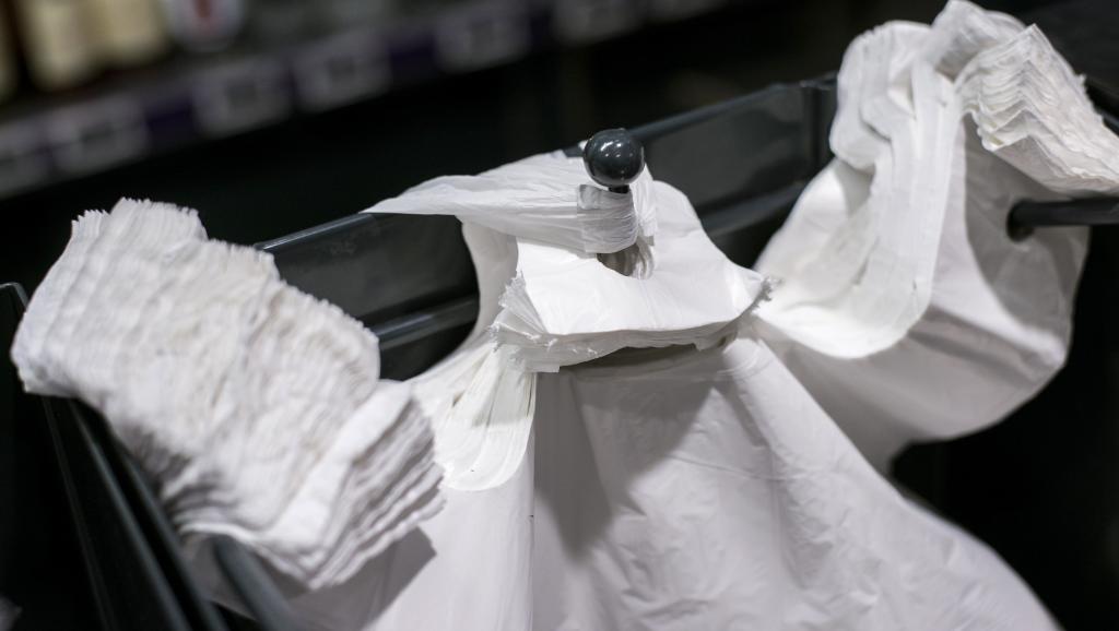 Plus de 5 millions de sachets plastiques circulent chaque jour au Sénégal, selon le gouvernement. Photo AFP.