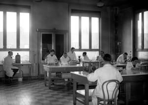 Des chercheurs spécialistes de la tuberculose au laboratoire de l'Institut Pasteur à Paris. Cette structure inaugurée en novembre 1888 a beaucoup contribué à la lutte contre les maladies infectieuses grâce notamment à des financements étrangers. Photo AFP.