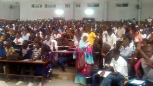 Des étudiants du département de géographie de l'UCAD, dans un amphithéâtre qui a fait le plein. Capture d'écran YouTube.