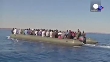 Des migrants clandestins subsahariens à bord d'une embarcation à destination de l'Italie. Capture d'écran Youtube/Euronews.