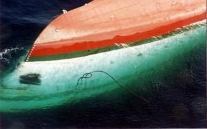 Une vue aérienne du bateau Le Joola prise le 27 septembre 2002, quelques heures après le drame. Le navire qui reliait Dakar à Ziguinchor s'est renversé. Photo AFP