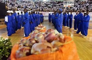 De jeunes agriculteurs sénégalais exposant leur produit au stadium Marius Ndiaye, en avril 2008, lors d'une journée de promotion des produits locaux. Photo AFP