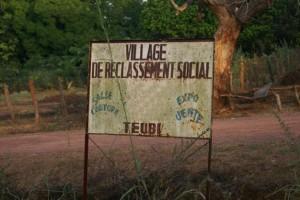 Ce panneau signale l'entrée de Teubi, un village de reclassement social, dans le Sud du Sénégal. Photo ASAAL.
